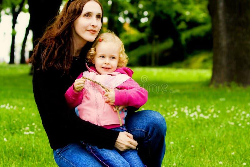 Matriz e criança felizes imagens de stock