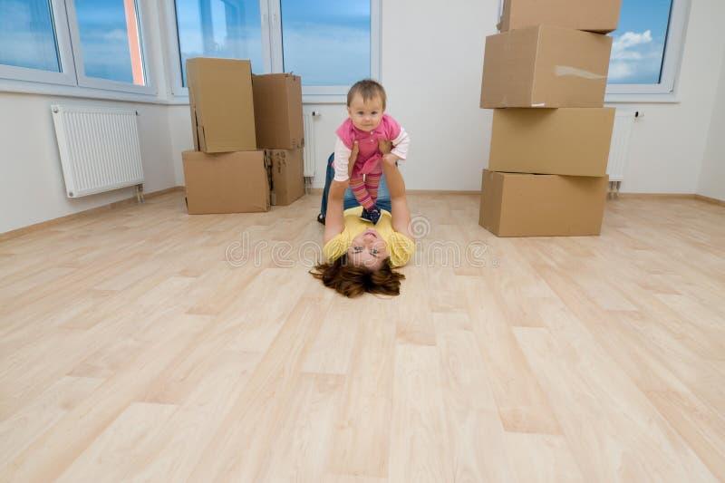 Matriz e criança na HOME nova foto de stock royalty free