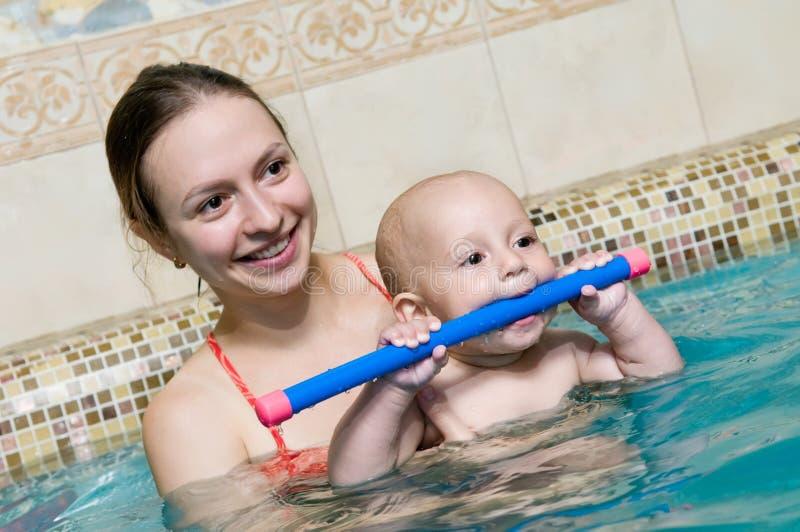 Matriz e criança na piscina fotos de stock