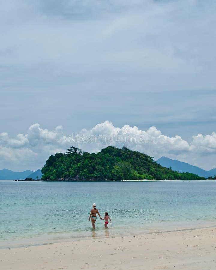 Matriz e criança, praia de Datai, Langkawi fotografia de stock royalty free