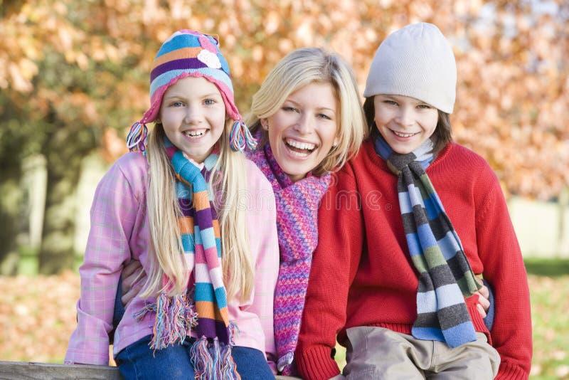 Matriz e crianças na caminhada do outono fotografia de stock