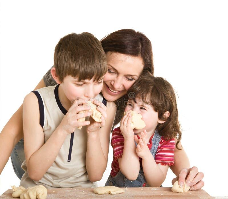 Matriz e crianças na cozinha que faz uma massa de pão fotografia de stock royalty free