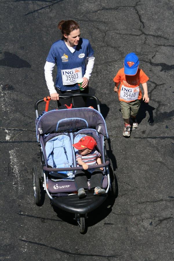 Matriz e crianças na maratona imagens de stock