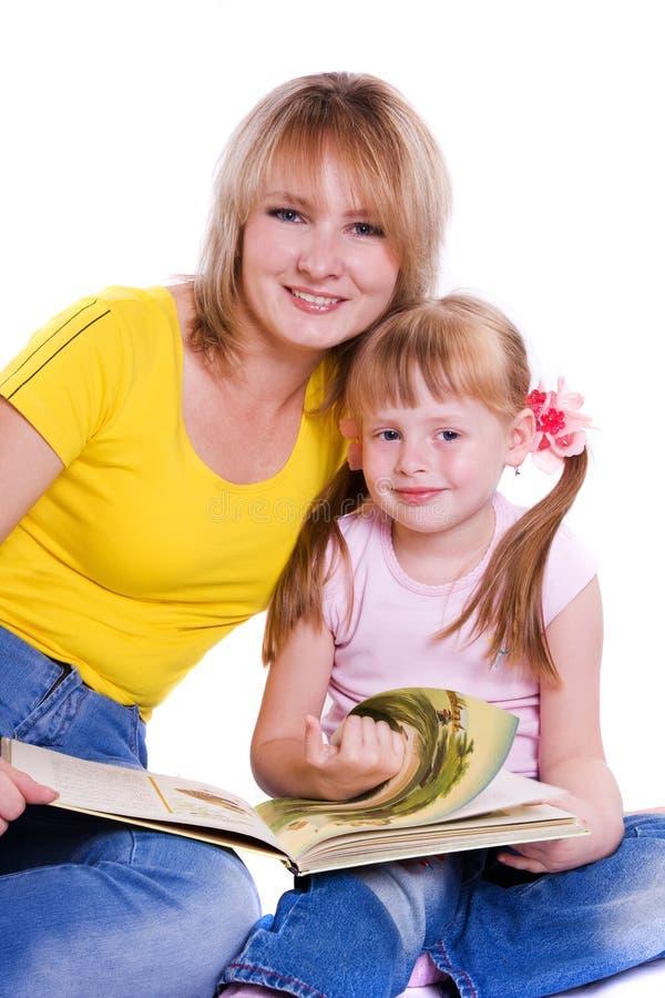Matriz e filha com livro foto de stock