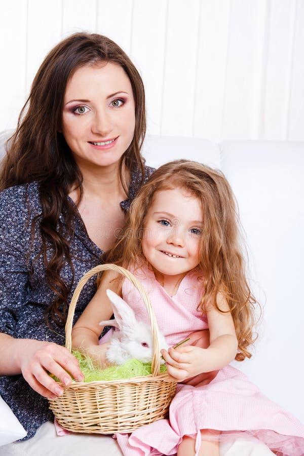 Matriz e filha com o coelho de Easter foto de stock royalty free