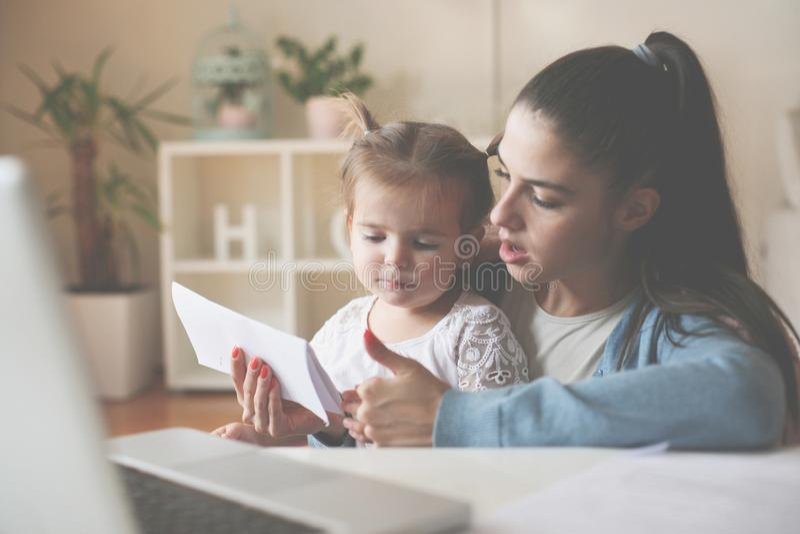 Matriz e filha em casa imagens de stock