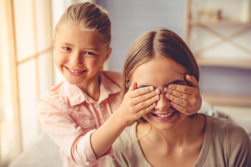 Matriz e filha em casa fotos de stock