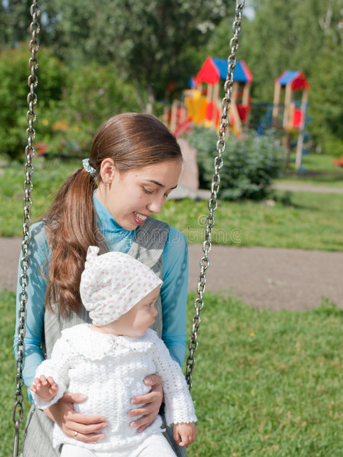 Matriz e filha em um balanço imagem de stock royalty free