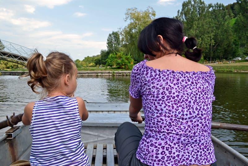 Matriz e filha em um barco fotografia de stock royalty free