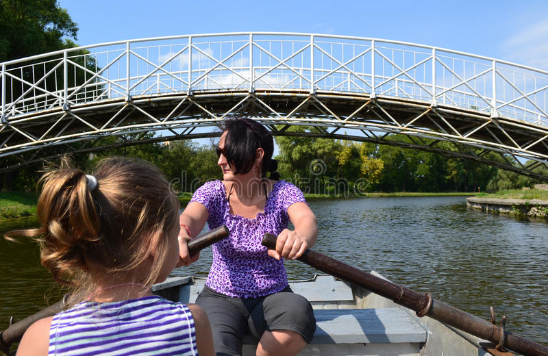 Matriz e filha em um barco a remos fotografia de stock