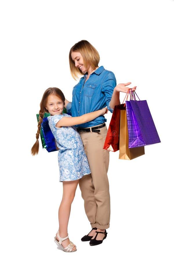 Matriz e filha felizes com sacos de compra imagens de stock royalty free