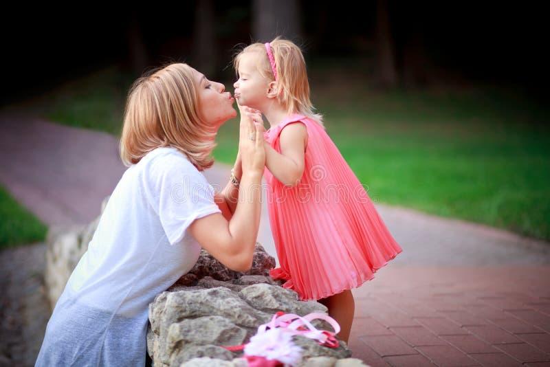 Matriz e filha felizes em férias imagens de stock