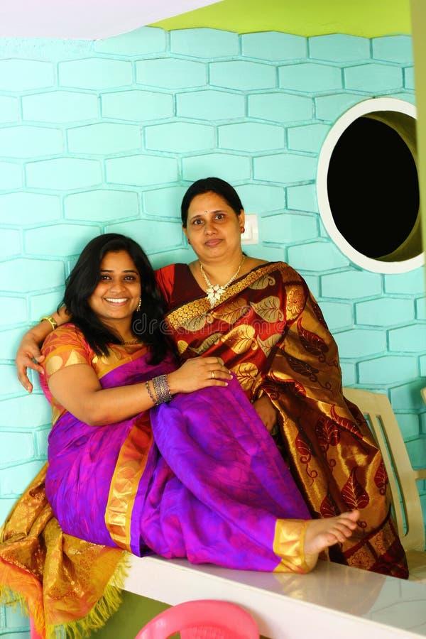 Matriz e filha indianas novas no Saree fotos de stock