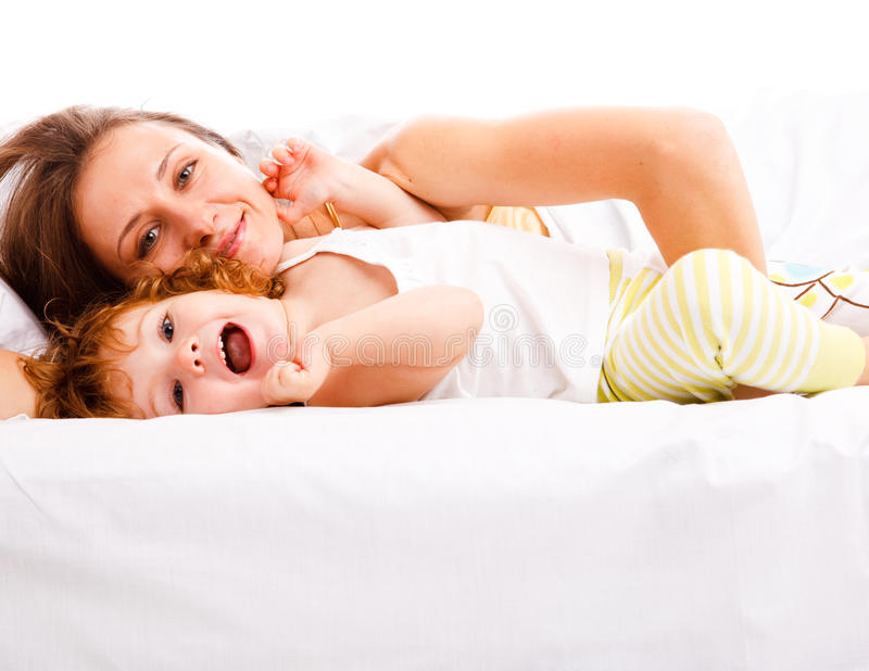 Matriz e filha na cama imagens de stock royalty free