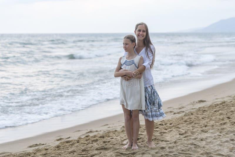 Matriz e filha na praia imagens de stock