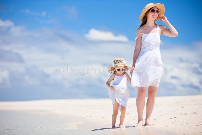 Matriz e filha na praia foto de stock