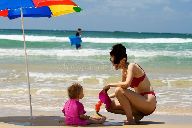 Matriz e filha na praia fotos de stock royalty free