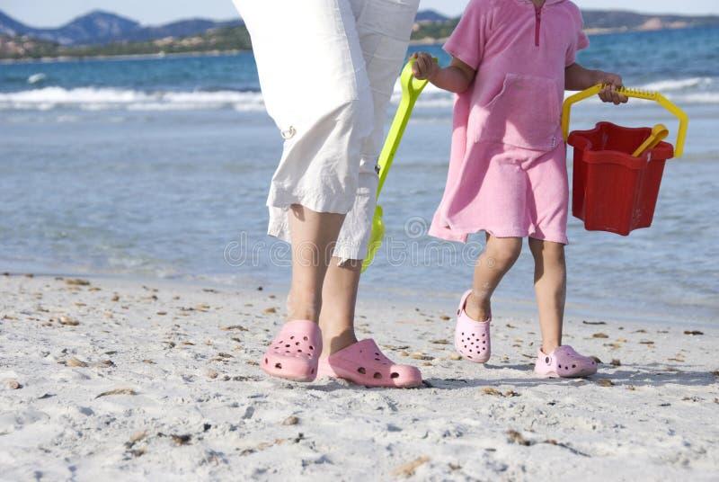 Matriz e filha na praia foto de stock royalty free