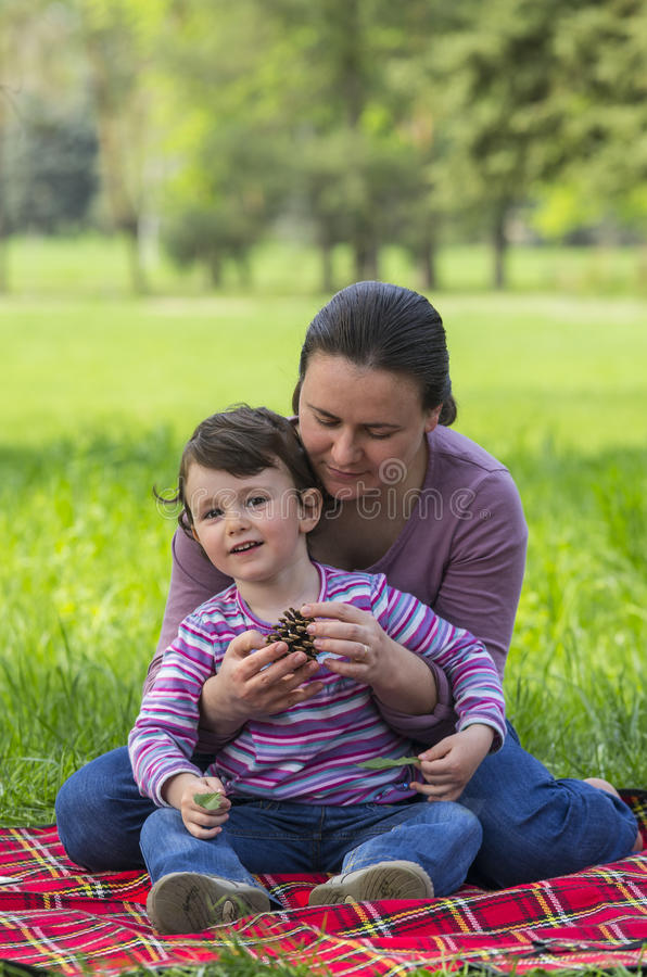Matriz e filha no parque imagem de stock