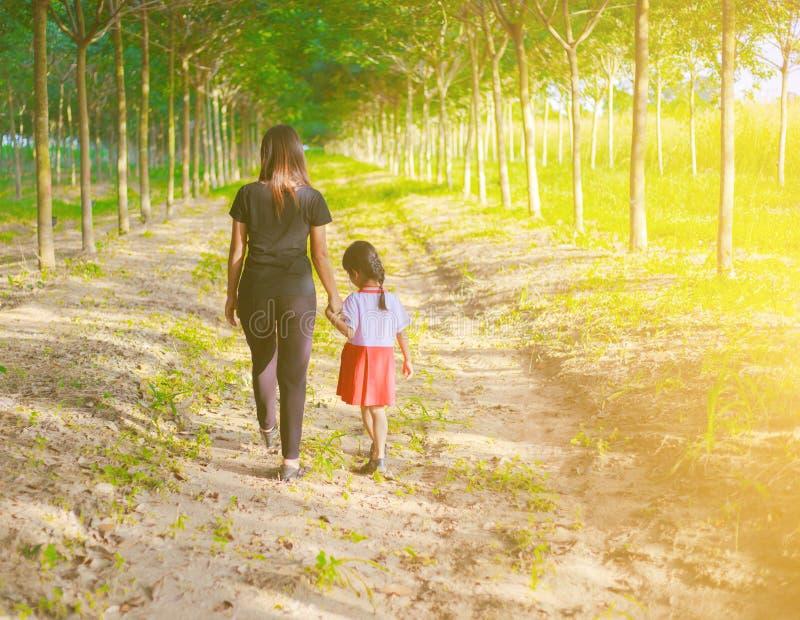 Matriz e filha no por do sol que prestam atenção no céu imagens de stock royalty free
