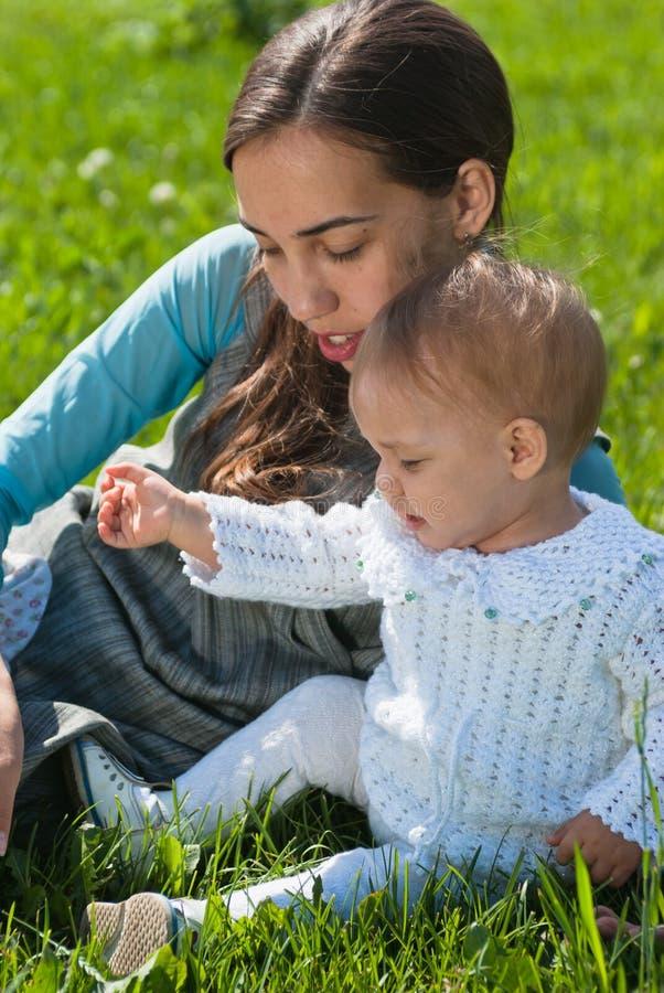 Matriz e filha no prado foto de stock royalty free