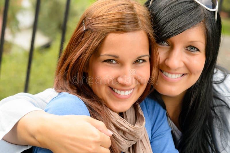 Matriz e filha no sorriso do parque imagem de stock royalty free