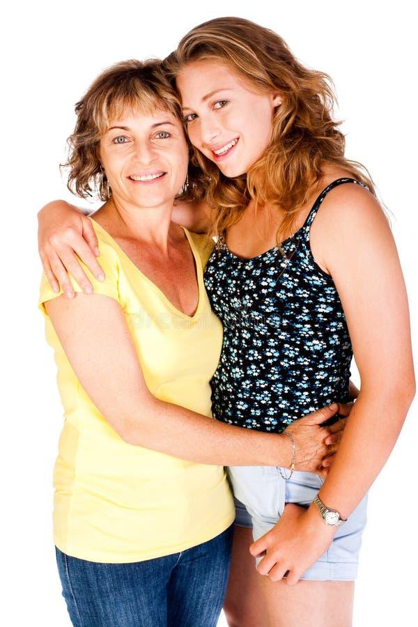 Matriz e filha que abraçam-se foto de stock royalty free