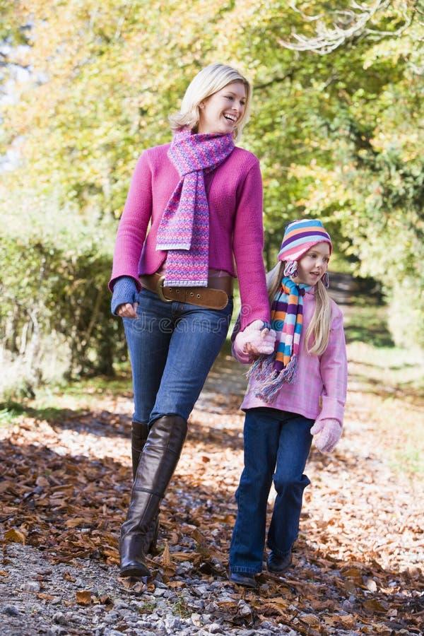 Matriz e filha que andam ao longo do trajeto da floresta imagens de stock royalty free