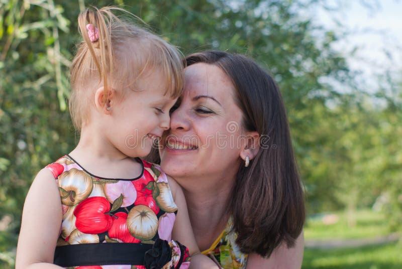 Matriz e filha que beijam e felizes foto de stock
