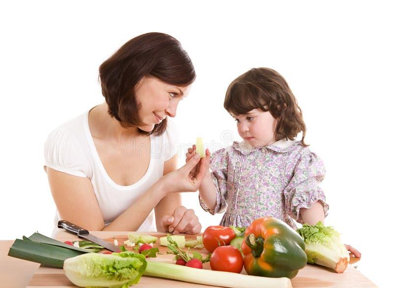 Matriz e filha que cozinham na cozinha foto de stock