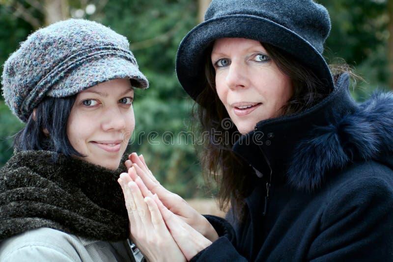 Matriz e filha que dão as mãos fotografia de stock royalty free