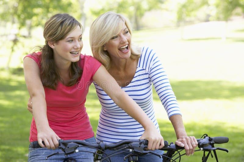 Matriz e filha que dão um ciclo através de um parque fotos de stock royalty free