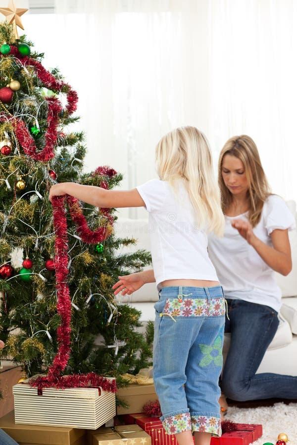 Download Matriz E Filha Que Decoram A árvore De Natal Foto de Stock - Imagem de claus, filha: 12810638