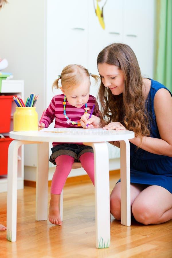 Matriz e filha que desenham junto foto de stock
