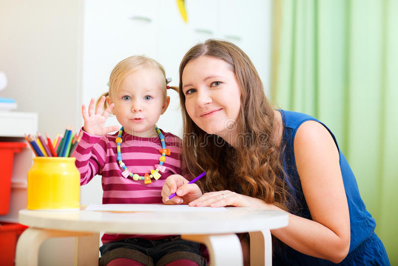Matriz e filha que desenham junto foto de stock royalty free