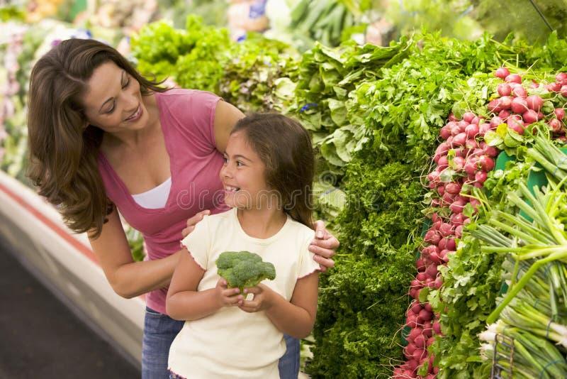 Matriz e filha que escolhem o produto fresco fotografia de stock