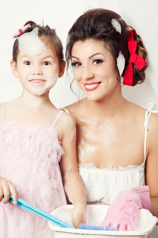 Matriz e filha que fazem a lavanderia fotografia de stock royalty free