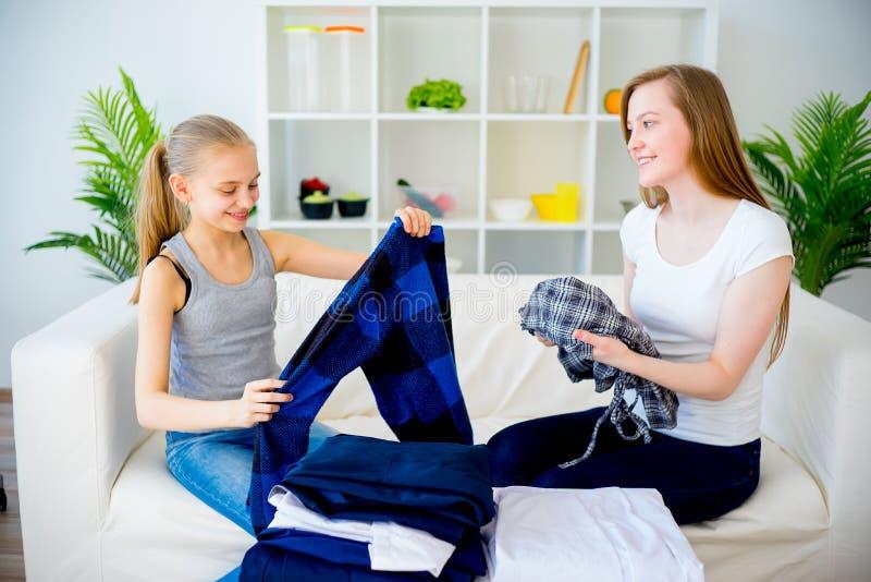 Matriz e filha que fazem a lavanderia imagens de stock