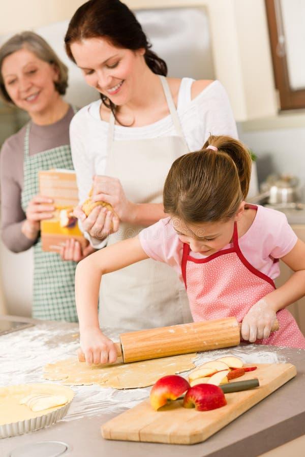 Matriz e filha que fazem a torta de maçã junto imagens de stock
