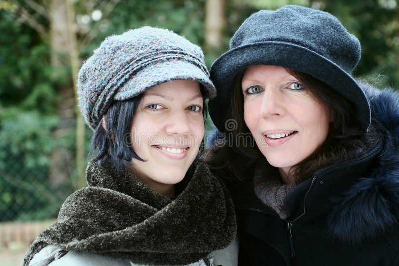 Matriz e filha que olham felizes foto de stock royalty free