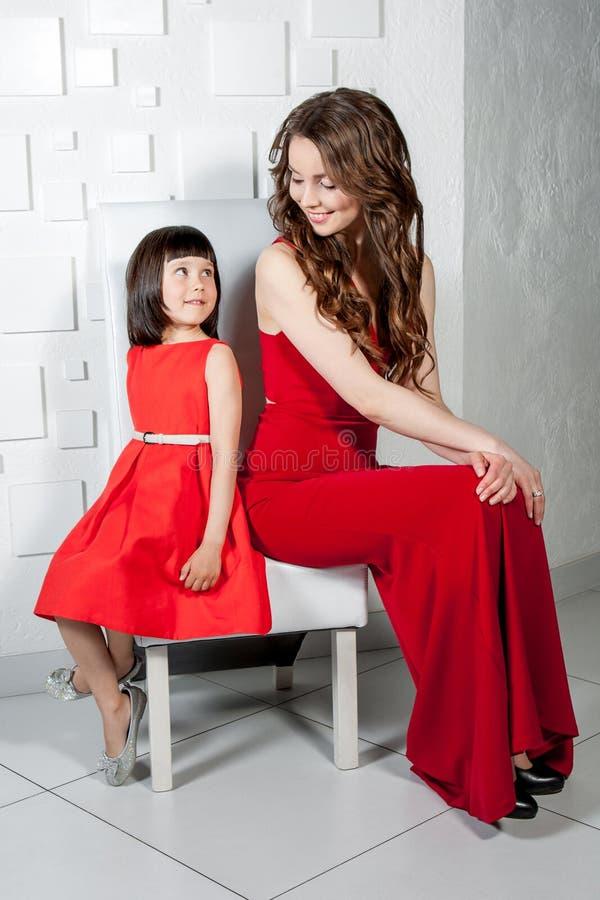 Matriz e filha que olham se fotos de stock