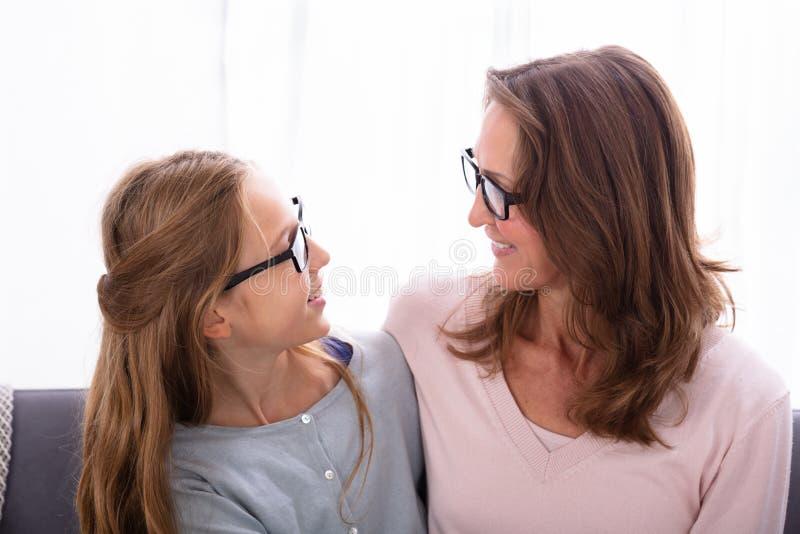 Matriz e filha que olham se imagem de stock royalty free