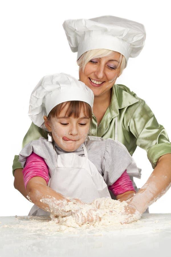 Matriz e filha que preparam a massa de pão foto de stock