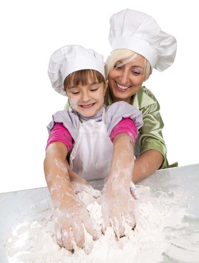 Matriz e filha que preparam a massa de pão imagem de stock royalty free