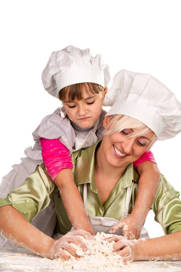 Matriz e filha que preparam a massa de pão fotos de stock royalty free