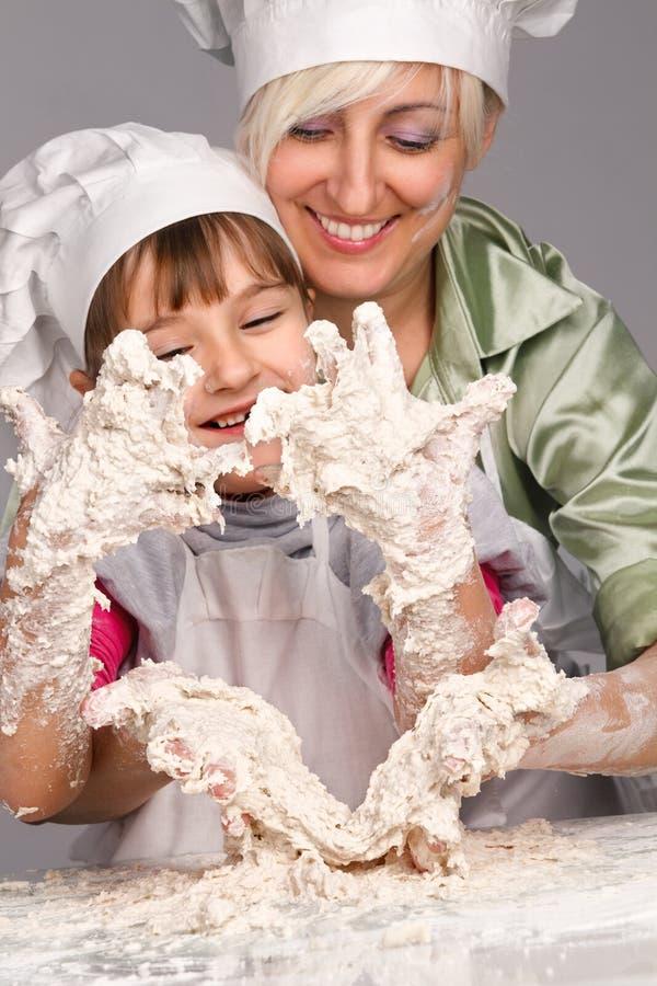 Matriz e filha que preparam a massa de pão fotografia de stock royalty free