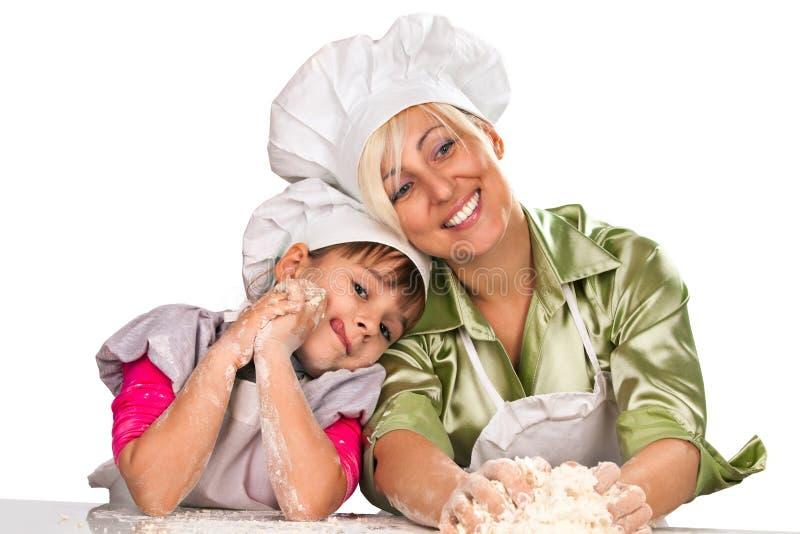 Matriz e filha que preparam a massa de pão fotografia de stock