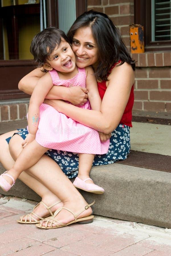 Matriz e filha que sentam-se na entrada imagens de stock royalty free