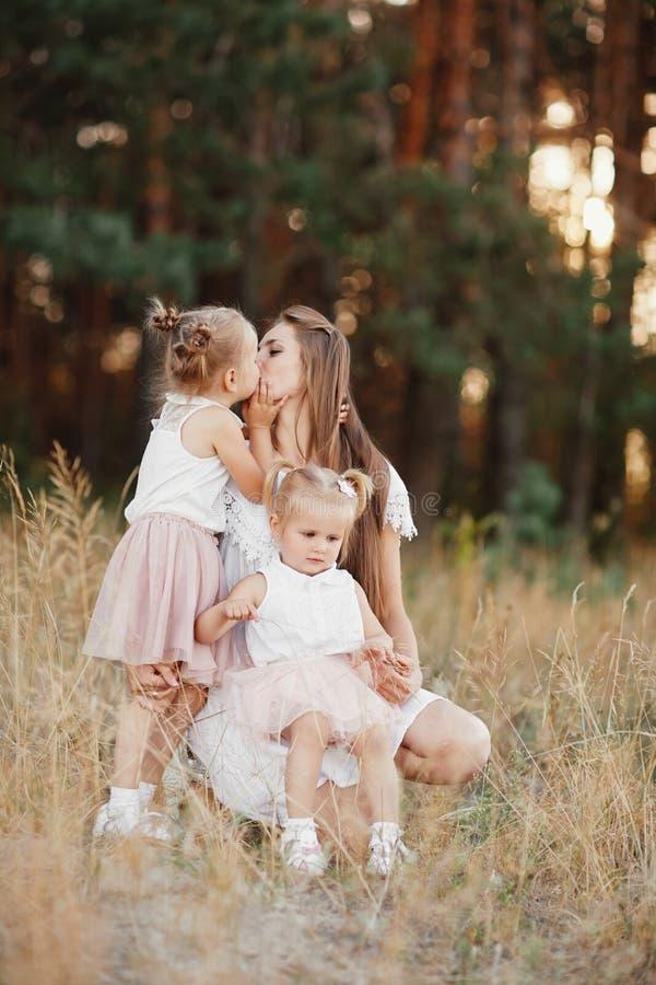 Matriz e filha que t?m o divertimento no parque Conceito de fam?lia feliz Felicidade e harmonia na vida familiar imagens de stock royalty free