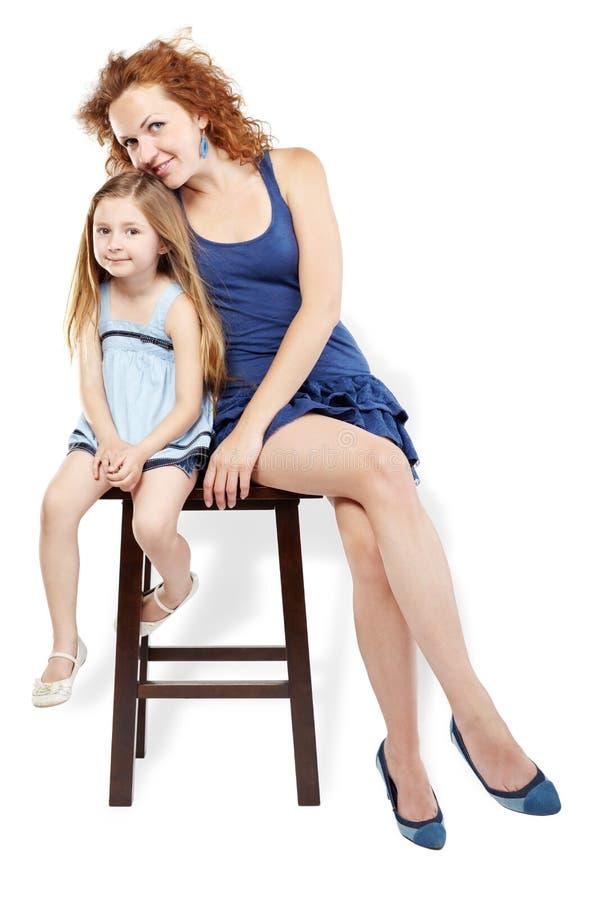 A Matriz E A Filha Sentam-se No Tamborete Imagem de Stock